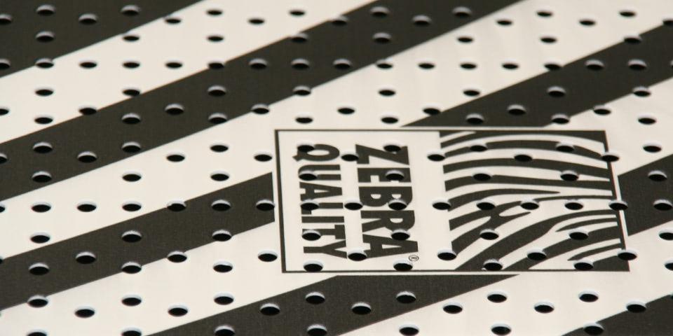 Digitaldruck auf Oberflächen mit Pulverbeschichtung für den Ladenbau - der Teufel steckt beim Plattendruck im Detail.