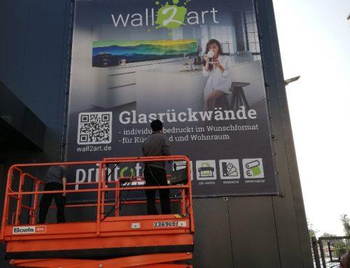 Das neue Fassadenbanner im Hamburger Binnenhafen führt direkt in den Webshop